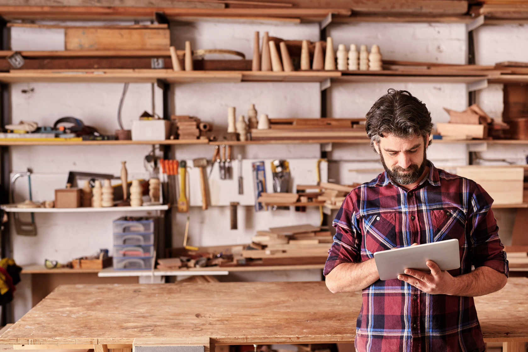 foto di un artigiano che usa un tablet