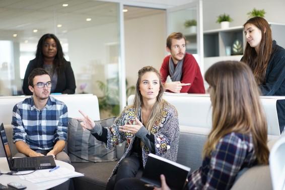 immagine decorativa con giovani in riunione